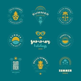 Set di design retrò di etichette e distintivi per le vacanze estive. modelli per biglietti di auguri, poster e design di abbigliamento. i loghi delle vacanze al mare con le palme e le icone del sole vector le illustrazioni.