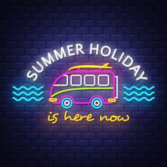 Iscrizione del segno al neon di vacanza estiva