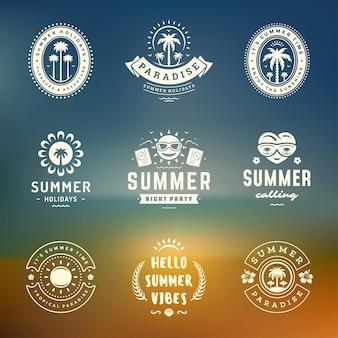 Insieme di disegno di tipografia retrò etichette e distintivi vacanze estive.