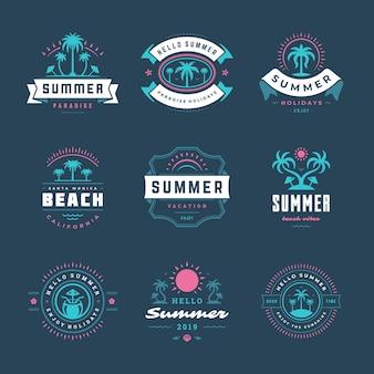 Insieme di disegno di tipografia retrò etichette e distintivi vacanze estive