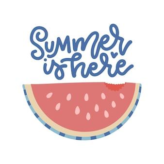 L'estate è qui lettering poster con fetta di anguria e illustrazione piatta carattere disegnato a mano