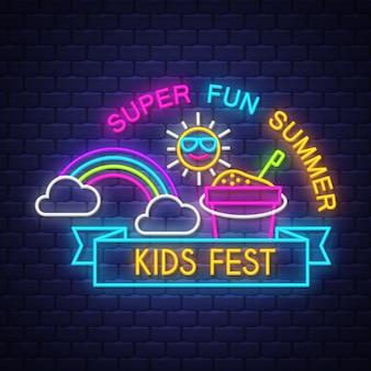 Summer kids fest iscrizione del segno al neon di vacanza estiva