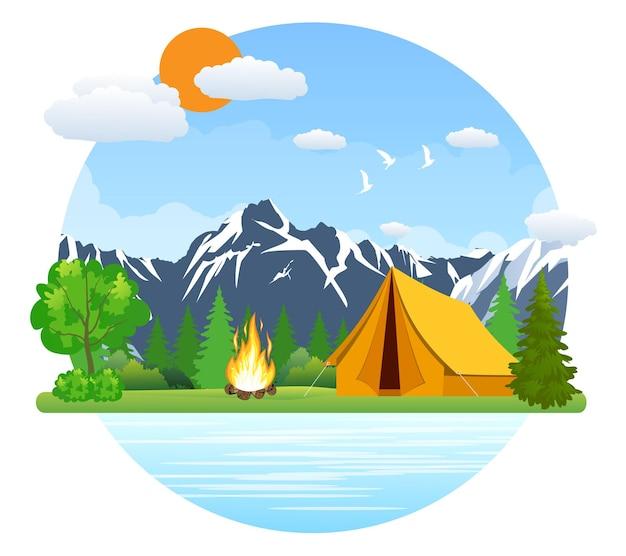 Tenda e falò del paesaggio estivo nelle montagne vicino al lago