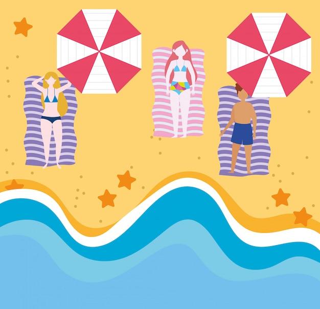 Attività estive, giovani donne e uomo che prendono il sole su una spiaggia, relax in riva al mare e svago all'aperto
