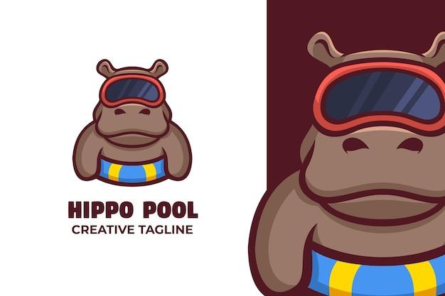 Illustrazione del logo della mascotte dell'ippopotamo della piscina estiva