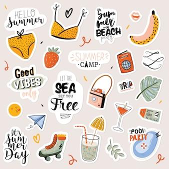 Stampa estiva con elementi di vacanza carini e scritte su sfondo bianco. stile alla moda disegnato a mano. . buono per tessuto, etichette, cartellini, web, banner, poster, carta, flyer