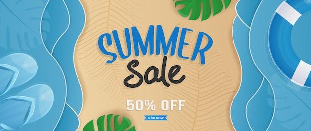 Design di banner di saldi estivi con elementi da spiaggia e foglie tropicali nella sabbia