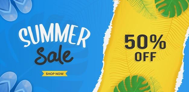 Design di banner di saldi estivi con elementi da spiaggia e foglie tropicali