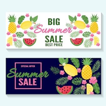 Banner di saldi estivi, poster con foglie di palma, fiori, foglie di giungla e scritte a mano. sfondo floreale estate tropicale. vettore