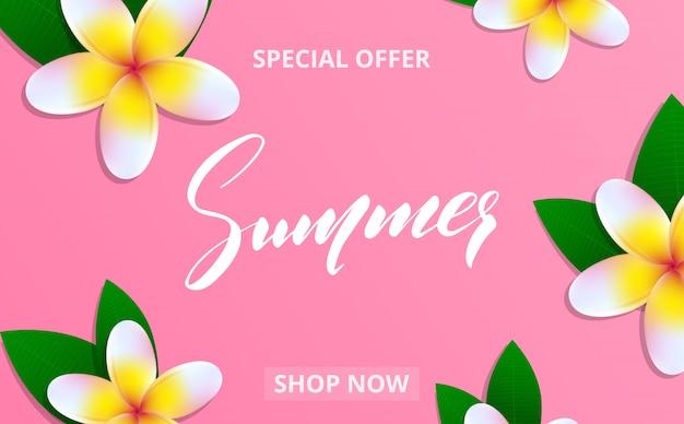 Banner di saldi estivi con fiori di frangipane e scritte estive per promozione, sconto, vendita, web.