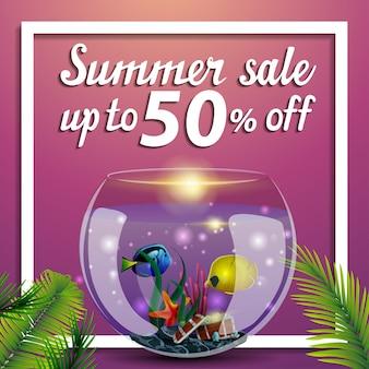 Saldi estivi, banner web quadrato di sconto con acquario rotondo con pesce