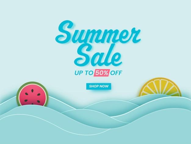 Design del poster dei saldi estivi con un'offerta di sconto del 50%, fette di frutta e onde