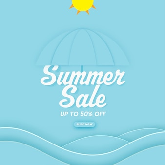 Design del manifesto dei saldi estivi con offerta di sconto del 50%, ombrello e sole con taglio di carta