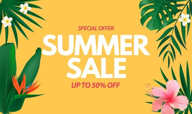 Manifesto di saldi estivi sfondo naturale con palme tropicali e fiori esotici di foglie di monstera