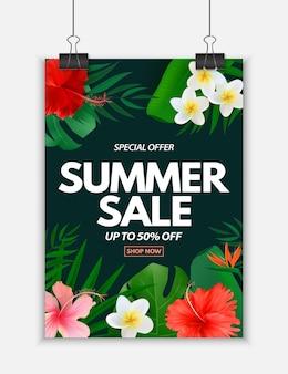Manifesto di saldi estivi con foglie di palma tropicali esotiche plumeria e fiori di ibisco