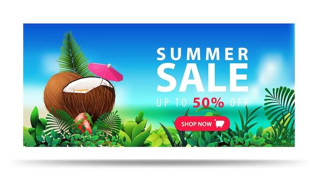 Saldi estivi, fino a 50 di sconto, banner sconto orizzontale con cocktail di cocco, paesaggio sfocato sul mare.