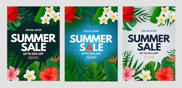 Manifesto verticale di saldi estivi con foglie di palma tropicali esotiche plumeria e fiori di ibisco