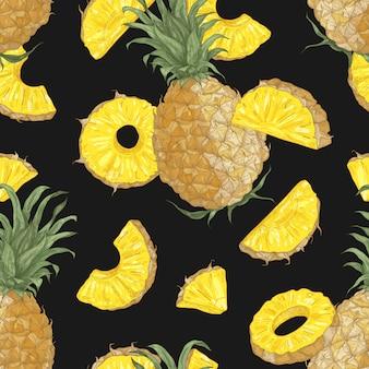 Modello senza cuciture di estate con ananas dolce, intero e tagliato a pezzi e fette su sfondo nero.