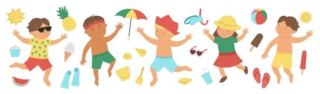 Set estivo con bambini in costume da bagno con oggetti da spiaggia
