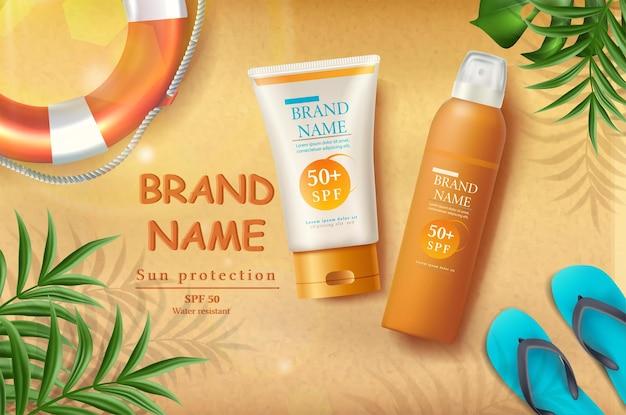 Striscione di protezione solare estiva con bottiglie di crema solare sulla sabbia con raggi di sole e foglie tropicali e anello gonfiabile di pantofole