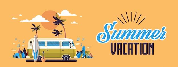 Annata praticante il surfing della spiaggia tropicale di tramonto del bus del surf di vacanze estive retro