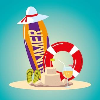 Viaggio di vacanza estiva, cocktail con cappello a castello di sabbia galleggiante e sandali dettagliati