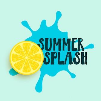 Spruzzata di acqua estiva con sfondo di limone