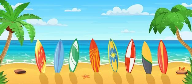 Estate in spiaggia con molte tavole da surf.