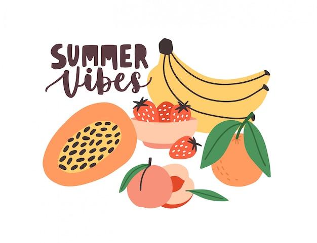 Composizione estiva con slogan scritto a mano summer vibes e frutti esotici tropicali maturi freschi freschi deliziosi e bacche su sfondo bianco. illustrazione variopinta moderna del fumetto piano.