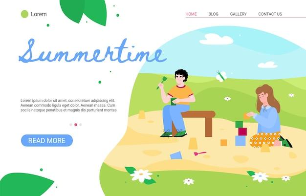 Modello di pagina del sito web estivo con bambini che giocano nel parco giochi