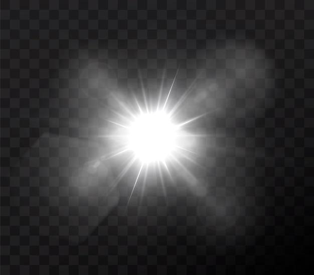 Il sole brilla di raggi di luce intensa con un bagliore realistico. stella chiara su sfondo nero trasparente.