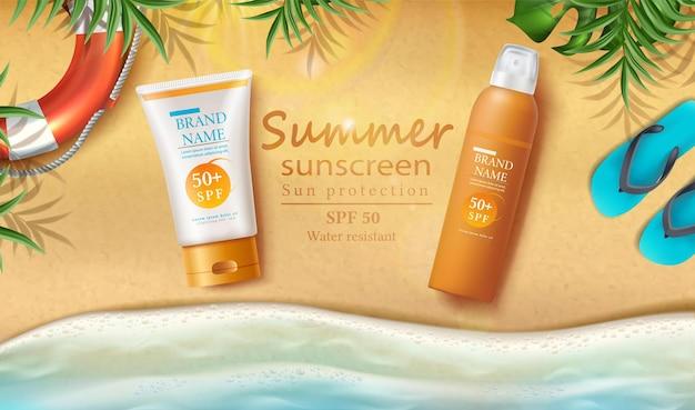 Banner di protezione solare con bottiglie di crema solare sulla sabbia
