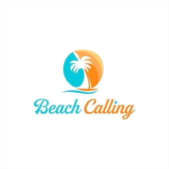 Spiaggia al tramonto colorata con palme e barca a vela