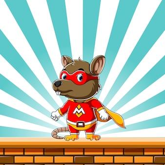 Super topo usando il costume super elettrico e in piedi nel muro