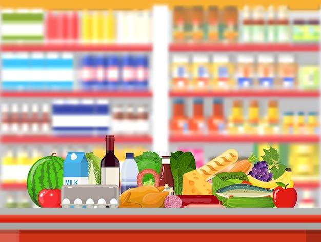 Interno del negozio del supermercato con le merci.