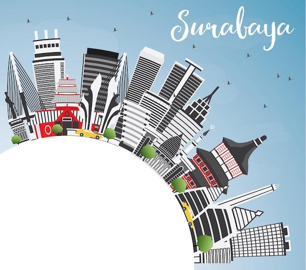 Orizzonte di surabaya con edifici grigi, cielo blu e spazio di copia. illustrazione di vettore. viaggi d'affari e concetto di turismo con architettura moderna. immagine per presentazione banner cartellone e sito web.