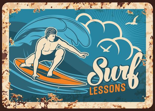 Piastra di metallo arrugginito lezioni di surf con bordo surf uomo su vista sul mare