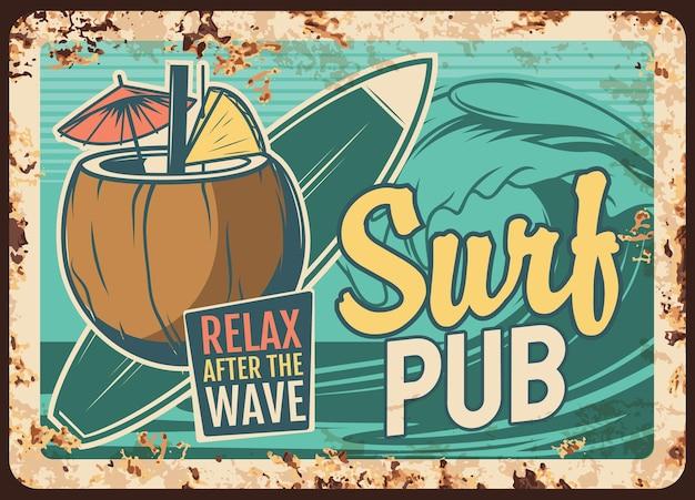 Surf pub piastra metallica arrugginita con tavola da surf