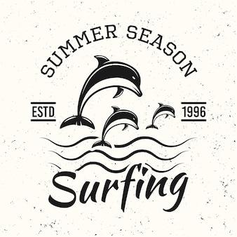 Surf emblema vintage nero, distintivo, etichetta o logo con illustrazione vettoriale di delfini su sfondo bianco con texture