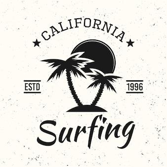 Surf emblema vintage nero, distintivo, etichetta o logo con palme e illustrazione vettoriale tramonto su sfondo bianco con texture