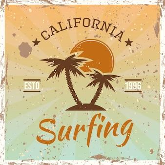 Surf colorato emblema vintage, distintivo, etichetta o logo con palme e illustrazione vettoriale tramonto su sfondo luminoso