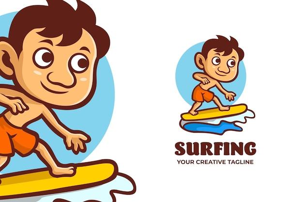 Logo del personaggio della mascotte dello sport all'aperto di surf