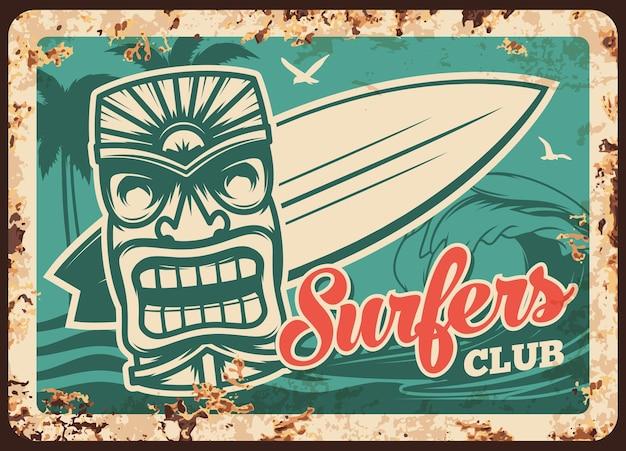 Piastra metallica del club di surf e surfista arrugginito, tavola da surf sulle onde dell'acqua, poster retrò vintage. segno del club sportivo di surf o piastra metallica con ruggine, tavola da surf, palme
