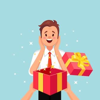 Uomo felice sorpreso con un regalo aperto