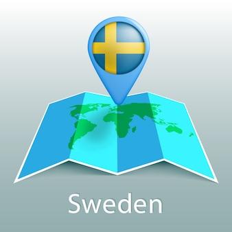 Mappa del mondo di bandiera della svezia nel pin con il nome del paese su sfondo grigio