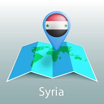 Mappa del mondo di bandiera della siria nel pin con il nome del paese su sfondo grigio