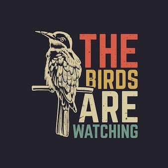 T-shirt design gli uccelli stanno guardando con l'uccello appollaiato su un ramo con sfondo grigio illustrazione vintage