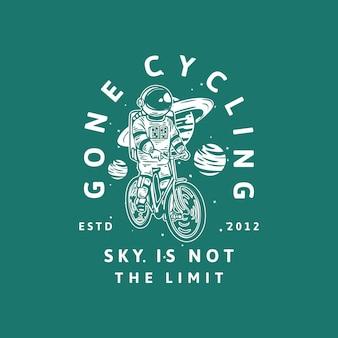 Il design della t-shirt andato in bicicletta il cielo non è il limite estd 2012 con l'illustrazione vintage della bicicletta dell'astronauta