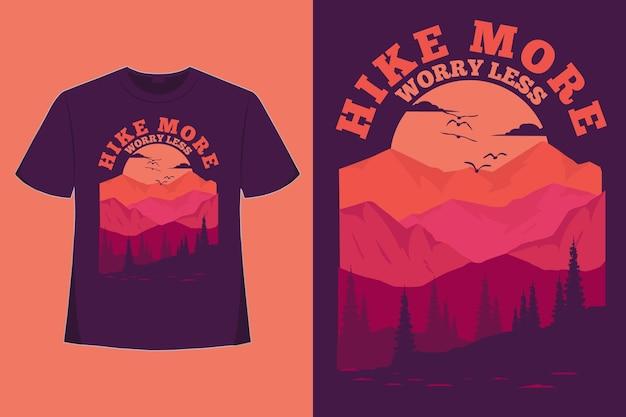 T-shirt design di escursione più preoccupazione meno montagna stile vintage disegnato a mano piatto illustrazione