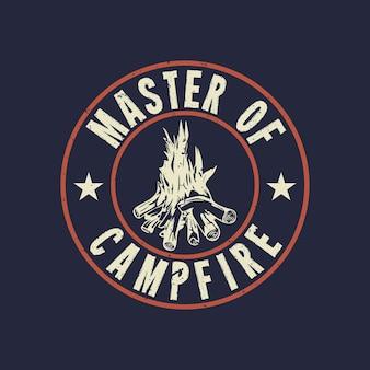 T-shirt design master of campfire con falò e sfondo blu scuro illustrazione vintage